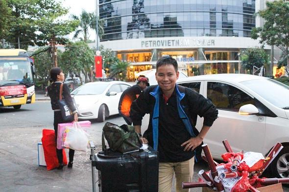 Nhân viên Đất Việt Tour đồng hành cùng CBCNV trên mỗi chuyến xe về quê ăn Tết