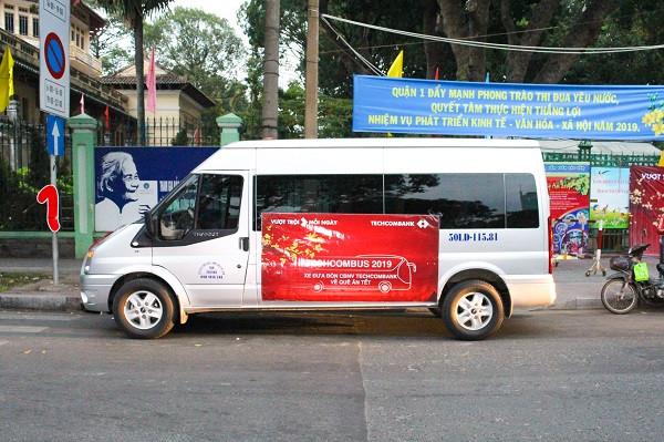 Xe 16 chỗ đời mới của Đất Việt Tour phục vụ đưa CBCNV Ngân hàng Techcombank về quê ăn Tết