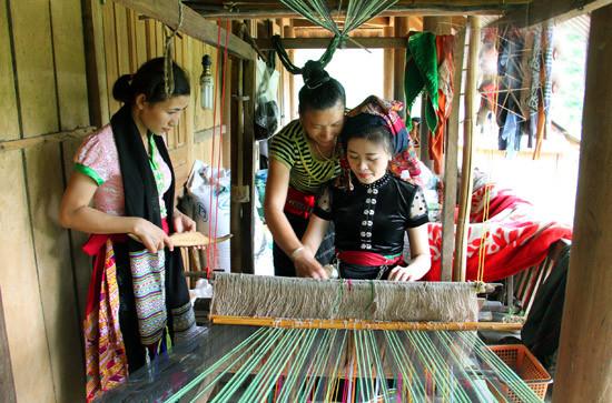 Cô gái Thái bên khung dệt vải tại Mường Đán - Làng Thái Cổ