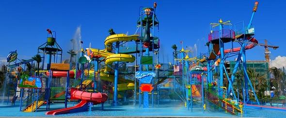 Công viên nướcVinpearl Phú Quốc bao gồm bãi tắm cùng hàng loạt trò chơi cảm giác mạnh dành cho mọi lứa tuổi.