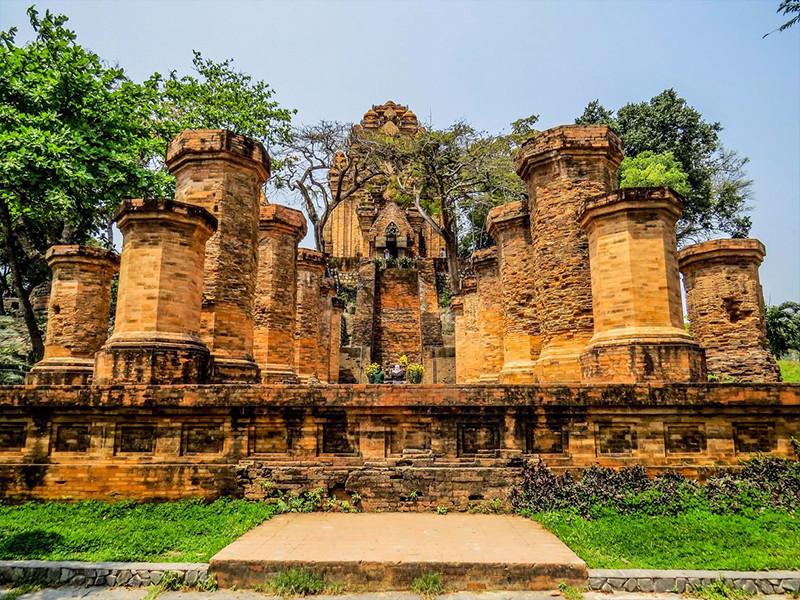Một số ngọn tháp Chăm bí ẩn hấp dẫn khách du lịch miền Trung - ảnh 3