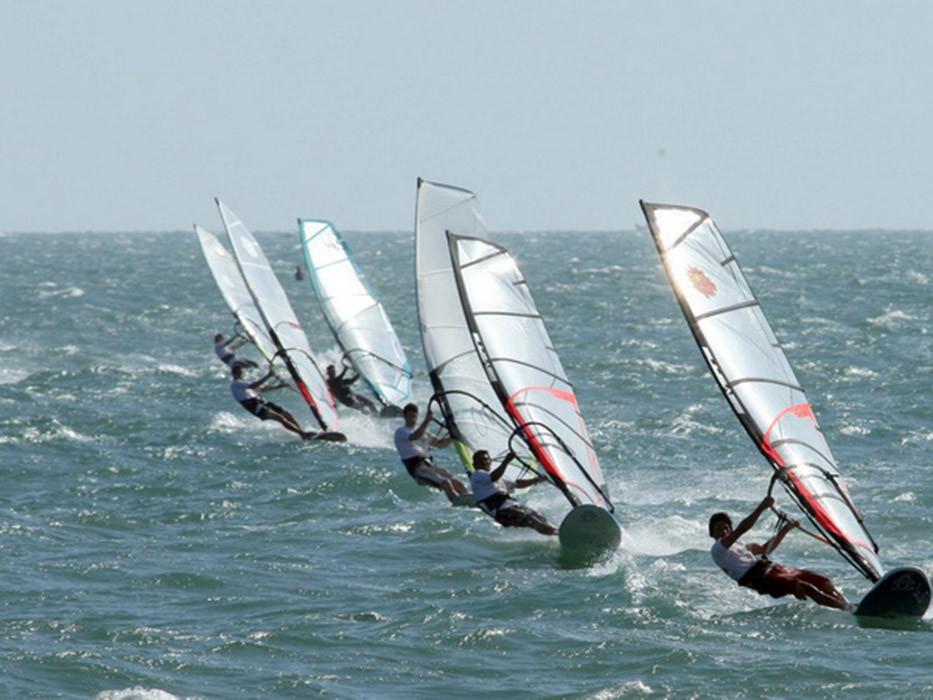 Những trò chơi biển hấp dẫn không thể bỏ qua ở Phan Thiết - Lướt ván buồm