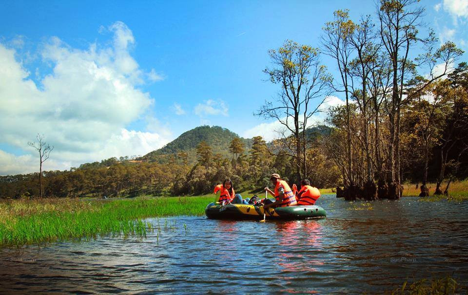 Hồ Tuyền Lâm nằm dưới chân núi Phụng Hoàng, cách trung tâm Đà Lạt 7 km