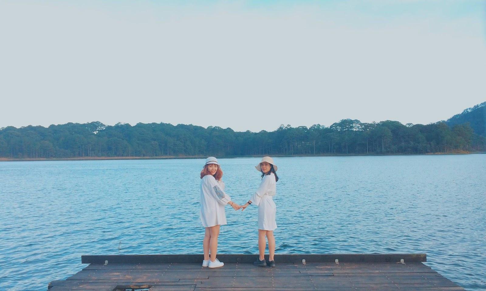 Đặc trưng của hồ Tuyền Lâm là được bao quanh bởi rừng thông xinh đẹp