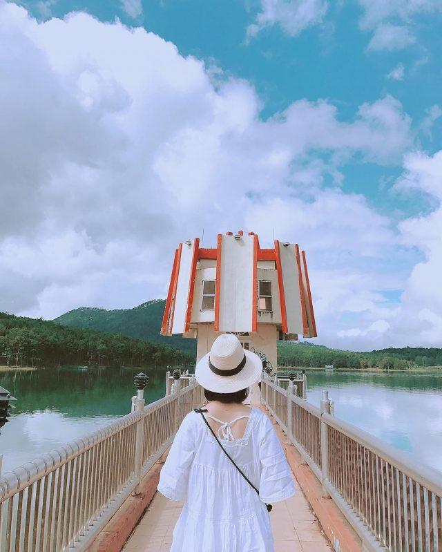 Hoạt động tự chèo thuyền ngắm lá phong ở hồ Tuyền Lâm