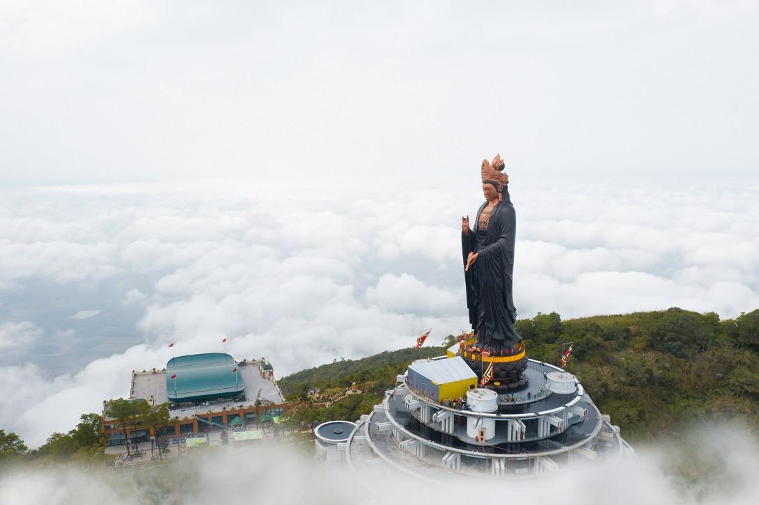 Tượng Phật Bà bằng đồng cao nhất Việt Nam tọa lạc trên đỉnh núi