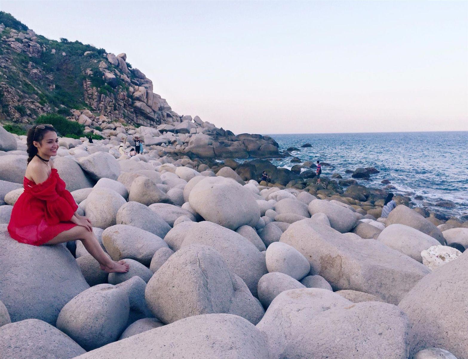 Ngồi trên những hòn đá