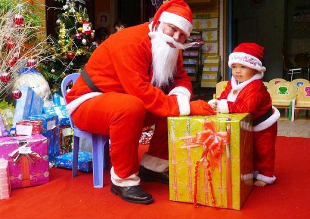 Bên cạnh đó, bố mẹ, thầy cô có thể mua quà rồi hẹn giờ và nhờ ông già Noel đến tận nhà/trường học