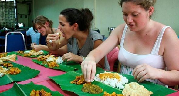 Những phong tục của người Myanmar bạn nên biết - Ăn bằng tay