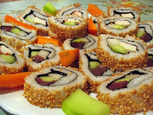 Sushi cũng là món thường xuất hiện trong các bữa tiệc truyền thống