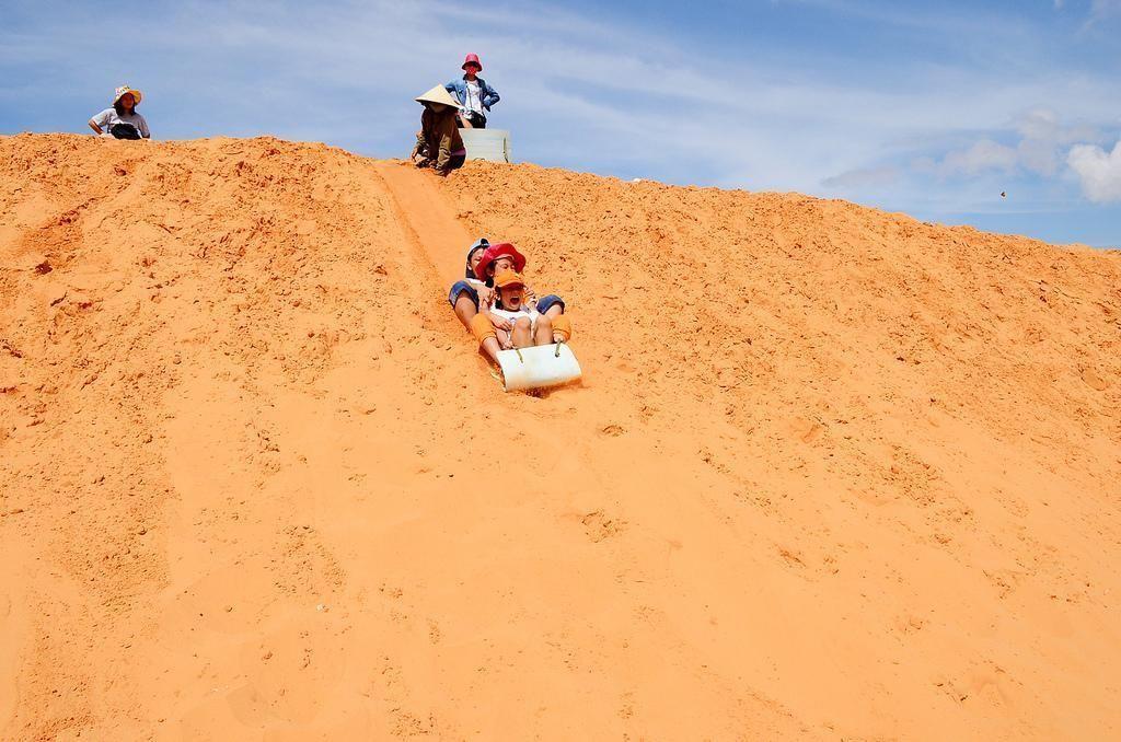 Khám phá đồi cát bay – trải nghiệm thú vị tại Phan Thiết - Trượt cát