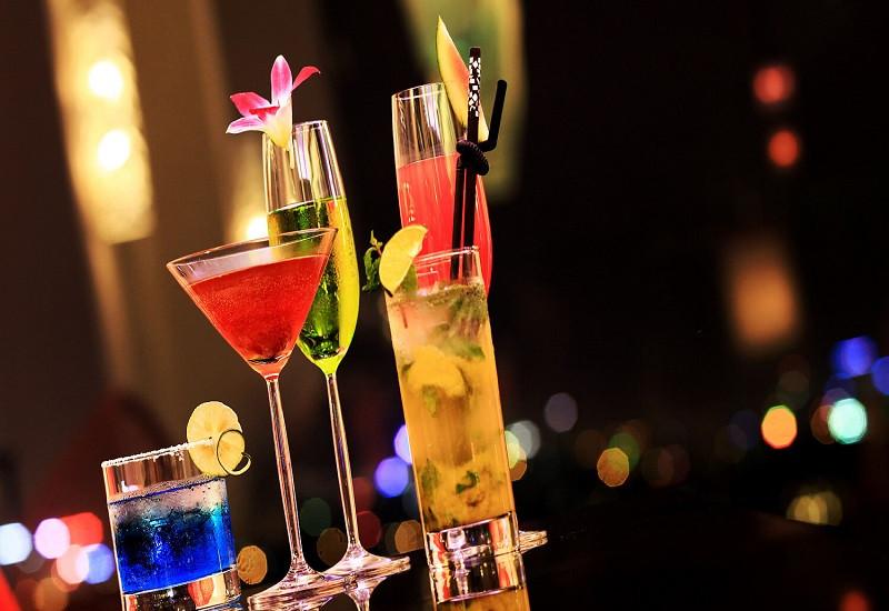 Thưởng thức một ly cocktail tại Sky Bar