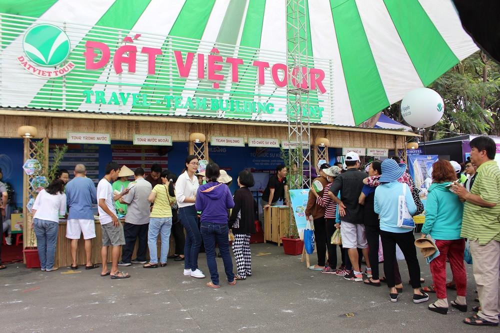 Khách hàng xếp hàng mua tour giờ vàng giá sốc tại Gian hàng Đất Việt Tour