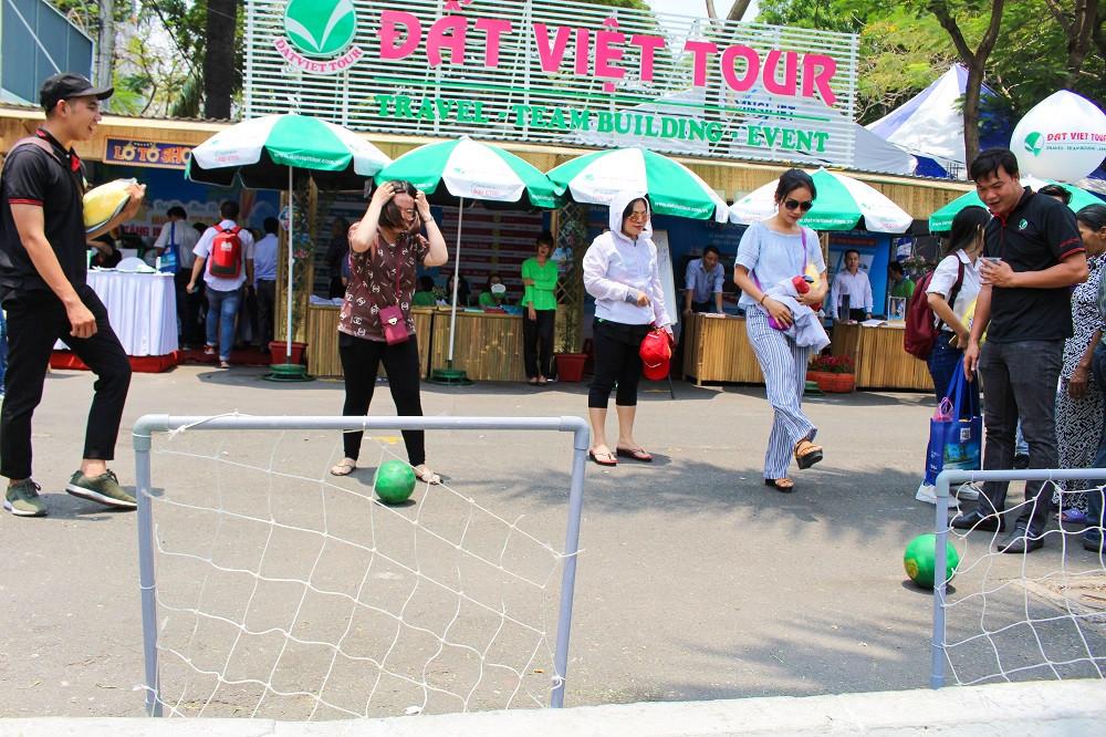 Khách hàng tham gia trò chơi có thưởng tại Gian hàng Đất Việt Tour