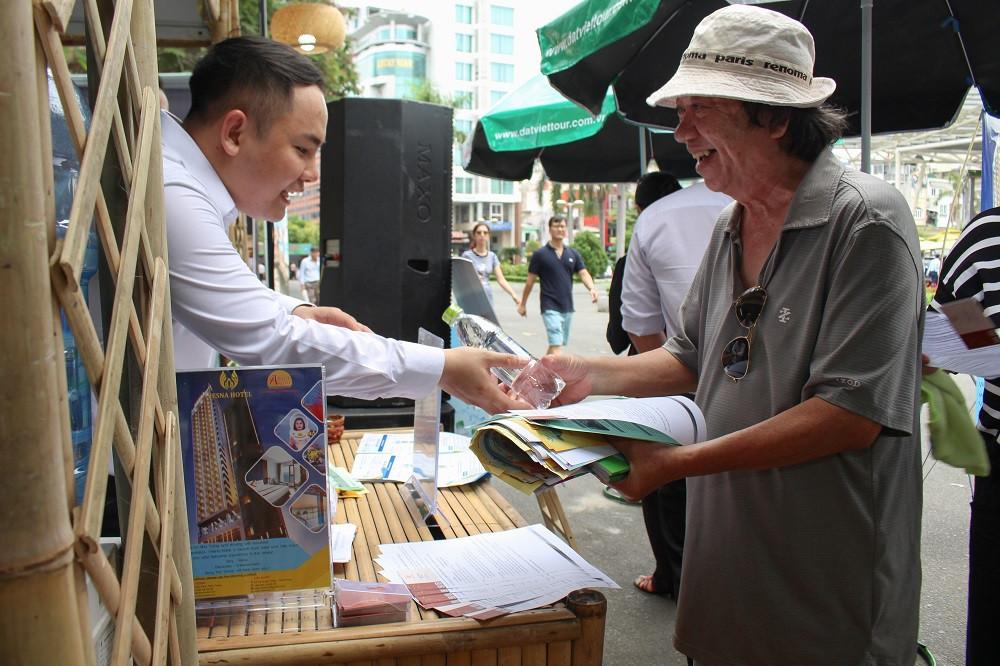 Gian hàng Đất Việt Tour phát nước uống tinh khiết Fresh Plus Water miễn phí cho khách hàng ghé thăm