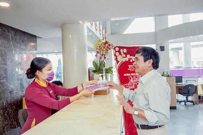 Đất Việt Tour phối hợp cùng các đối tác vì sức khỏe khách hàng - Nhân viên TTC resort tặng khẩu trang cho khách