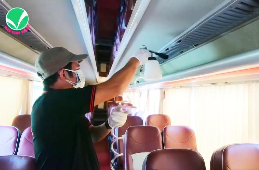 Đất Việt Tour phối hợp cùng các đối tác vì sức khỏe khách hàng- Nhân viên của Đất Việt Tour vệ sinh và khử trùng dàn xedu lịch