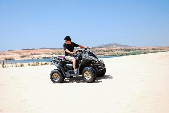 """Thưởng thức BBQ hải sản, thư giãn tại resort 3 sao, """"đã quá xá"""" cùng Đất Việt Tour - Đi xe địa hình trên đồi cát"""
